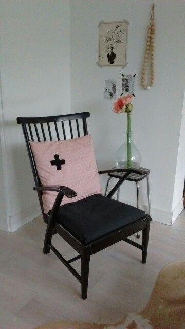 Jaren '50 stoel, kussen #Hema, ketting #Xenos, vloerkleed #Karwei, kaarten #VTWonen
