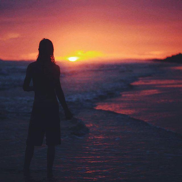 Итак Лори ехала на пляж Лас Лахас чтобы посмотреть закат и позвала нас с собой. Мы почти не думая согласились. Но время было обеденное она поняла что лучше вернуться в свой гестхаус до темноты (а он в двух-трех часах езды) так как на дорогах очень много ремонта. Мы погуляли вместе поболтали посидели под плетеной соломенной крышей и попрощались. Сердце было наполненно благодарностью за такую встречу в результате которой мы оказались в чудесном совершенно месте. #LasLahas #Panama #travel