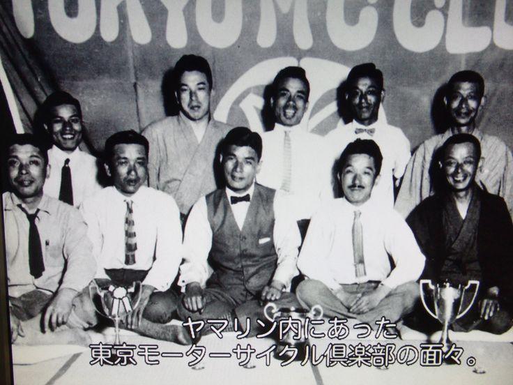 日本初のモーターサイクル競技団体、東京モーターサイクル倶楽部のメンバー  前列右から2人目の髭を生やした紳士が創設者山田光重氏。  隣のチョッキ着用の人が1930年(昭和5年)にマン島TTレースに参戦してベロセットに乗って350ccクラス15位の結果を残した多田健蔵氏。