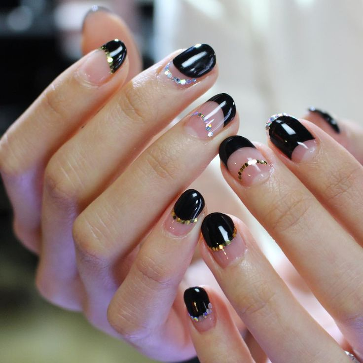 Black nails with negative space