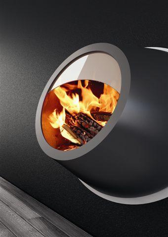 MAUNAKEA: è costruito da due forme geometriche pure che si integrano. Si distingue per l'originalità delle linee disegnate intorno al fuoco che ricordano la forma di un vulcano. L' elemento di raccordo alla parete può essere personalizzato con differenti colori (200 della scala Ral) a seconda dell'ambiente nel quale viene inserito. Nella versione a bioetanolo, Maunakea viene installato senza canna fumaria e può essere dotato di retro illuminazione con Led.