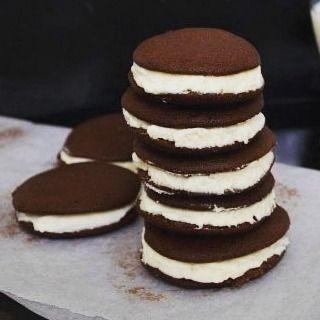 Шоколадные печенюшки.  Ингредиенты:  для печенек: 100 гр сливочного масла 110 гр сахара 1 яйцо 150 гр муки 65 гр какао порошка 1 ч.л. разрыхлителя 1 ч.л. ванильного сахара 100 мл молока  для крема: 200 мл жирных сливок (для взбивания) 2 1/2 ст.л. сахарной пудры  Приготовление:  1. Взбить размягченное масло с сахаром. 2. Добавить яйцо, взбить. 3. Смешать сухие ингредиенты - муку, какао, разрыхлитель и ванильный сахар. 4. Постепенно добавить молоко и мучную смесь к масляной. 5. Столовойложкой…