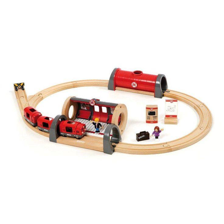 33513 Metro trein set.   Deze zeer uitgebreide treinset bevat voldoende rails om een dubbele baan te leggen. De treinen wisselen met de automatische wissels uit deze set automatisch van spoor!  Inhoud: 12 gebogen baanstukken, 5 rechte baanstukken, 2 automatische wissels, 2 helling baanstukken, 1 station met lift, 1 sein, 2 driedelige treinen (1 elektrisch), 5 poppetjes, 5 rail ondersteuningen.  http://www.brio-trein.nl/brio-treinen-33513-metro-trein-set.html