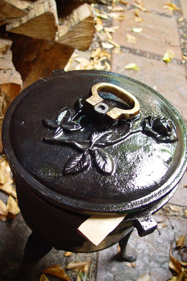 Kociołek żeliwny. Prawidłowa konserwacja naczyń żeliwnych jest bardzo ważna. Cauldron, hotpot, kettle, iron kettle