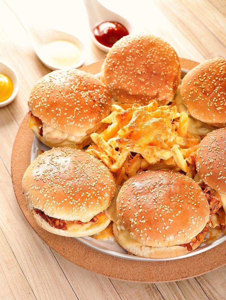 Hamburguesas con papas para compartir.  #destinosrd #menucomdo #gourmetrd #costillas #cena #love #husband #venezuela #instagood #instalike #instasize #family #merrychristmas #navidad #diciembre #hamburguerartesanal #hamburger #burgerlover #instapic #instaburger #cheeseburger #xburguer #letsgo #instaburg #burgers #foods #lanche #pudimnalata #sobremesas #amodoces