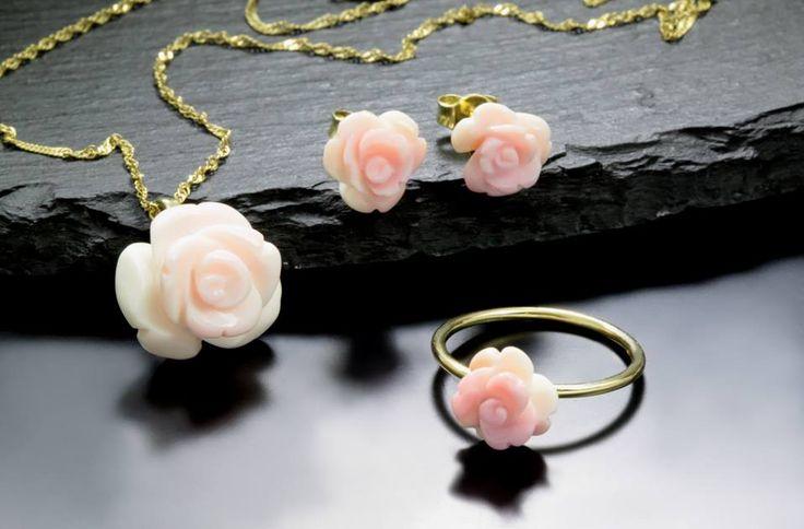 Sada šperků z růžového korálu.  #klenotnictvipraha #zlatnictvipraha #sperky #prsten #koral  #coral #zasnubni #snubni #wedding #engagement  #bluediamond  #luxus  #luxury #willyoumarryme  #bridetobe  #darecek  #proradost  #knarozeninam  #kvetina #flower  #rose #fashion  #kvyroci #zlato #gold #yellowgold #svatba #zasnuby #rings #moda #klenotacz