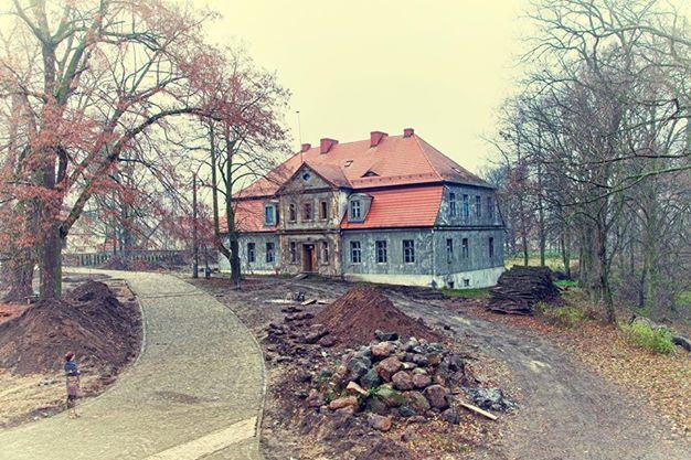 Dwór Kolesin verbindet Tradition und Modernität. Es entstand aus unserer Faszination für die Vergangenheit, deren deutlichste Spur das wunderschöne, 1586 erbaute Gutshaus ist. http://dworkolesin.pl/hotel-3/?lang=de