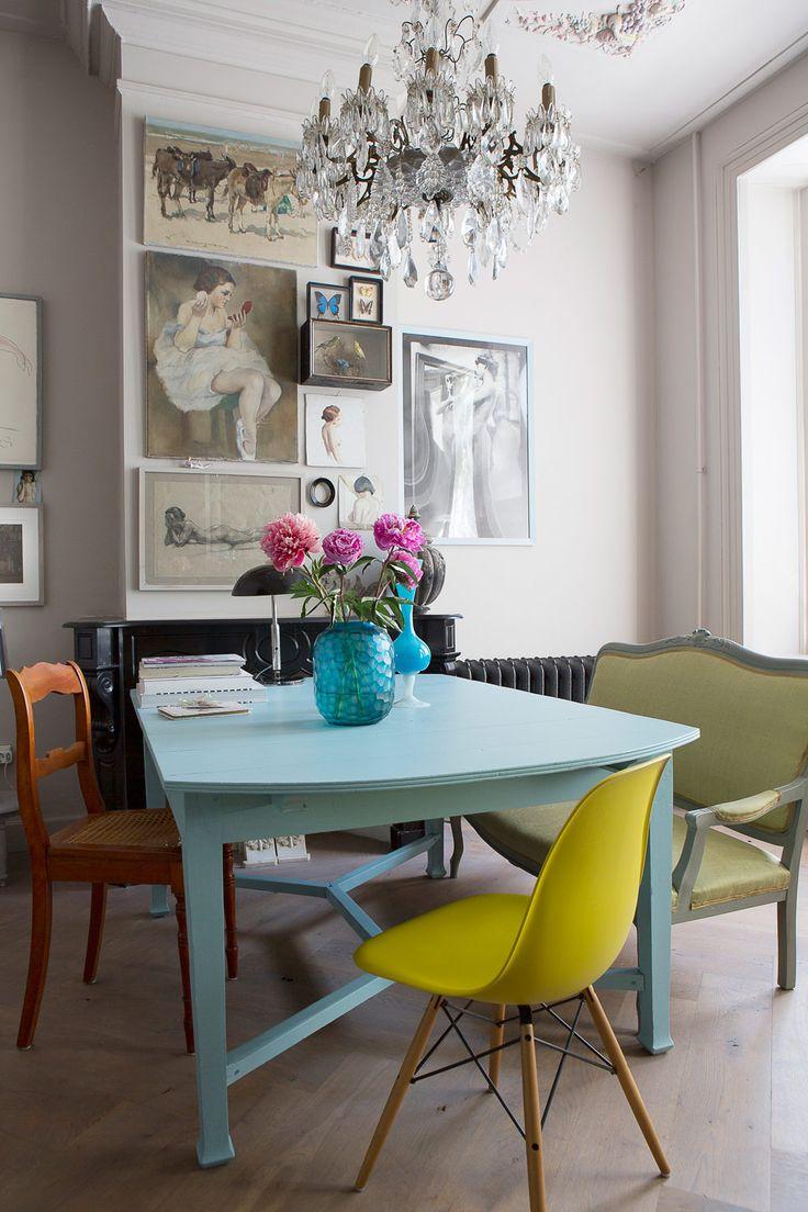 I det lantliga köket möts två klassiska stilar, engelsk herrgård och fransk vingård. Det måttanpassade köket i lindblomsgrönt och svart slår definitivt an begäret efter ett rustikt lantligt kök.