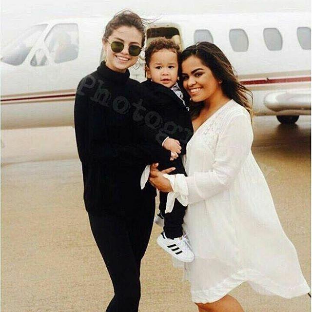 @selenagomez with Aiden and @pmdeleon22 at the airport in Dallas a few days ago before going back to Los Angeles  #SelenaGomez con Aiden y Priscilla en el aeropuerto de Dallas hace unos días antes de su regreso a Los Angeles  #SelenaGomez #Selena #Selenator #Selenators #Fans