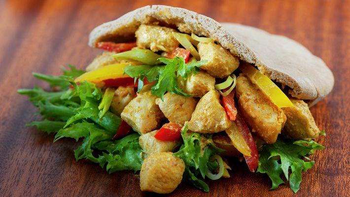 Kylling i pita er raskt og enkelt, populært for både store og små er det også. Når du vil ha en forandring på retten kan du gjerne lage den med med strimlet svinekjøtt.