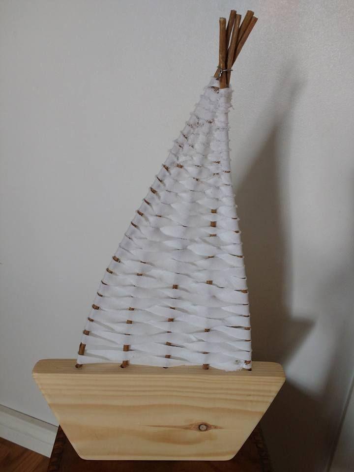 Valmistimme kakkosten kanssa puusta (paksu lauta ja siitä sahaus+hiominen+maalaus) laivan rungon. Siihen poraten (ope) purjeelle reiät riviin. Pajuja tms. pystyyn reikiin ja päät yhteen rautalangalla. Pajut hieman kaartuvaan purjemaiseen asentoon. Poppanakuteesta pujotellen purjeen valmistus pajuloimiin. Mira Tornberg/FB, Alakoulun aarreaitta