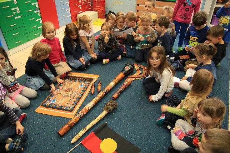 Śladami Aborygenów to warsztat o najlepszych myśliwych. Maluchy mają okazję zobaczyć narzędzia i instrumenty używane przez Aborygenów.
