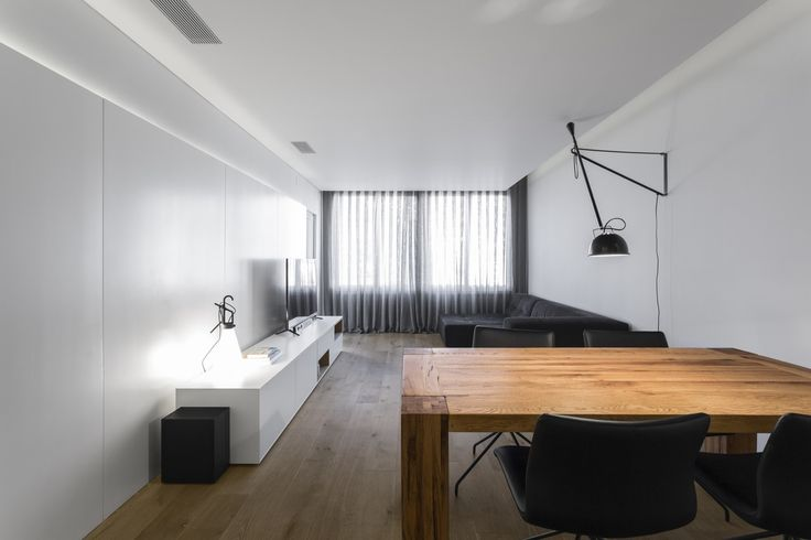 On the third floor of an apartment complex on Calle Valencia, situated on the left side of the city plan conceived by Ildefonso Cerdá, in Barcelona, there is an apartment that was built in 1980 and has apparently undergone several changes in the last 36 years. Small spaces, cramped with balconies...