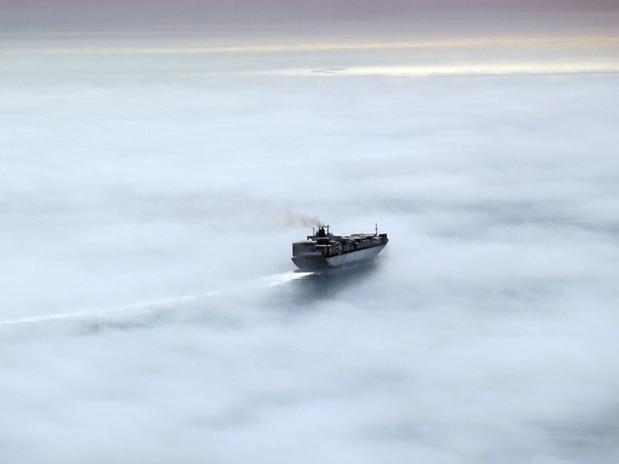 Para o mês de maio a foto escolhida foi a de Meredith Banhidi, que registrou o momento em que este barco cruza a névoa em Port Phillip Bay, Victoria  Foto: Escritório de Meteorologia da Austrália/Meredith Banhidi/BBC Brasil