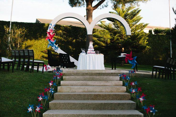 I colori bianco, rosso e blu e il tema del viaggio, protagonisti della cerimonia e del ricevimento, sono stati riproposti anche nel taglio della Wedding Cake, grazie a decorazioni in pasta di zucch…