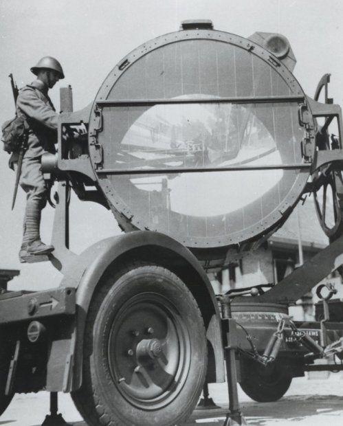 De inzet van een zoeklicht tijdens een oefening gedurende de mobilisatie 1939-1940.