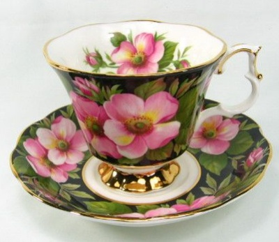 Royal Albert 'Alberta Rose' teacup/saucer from their Provincial Flowers Series                                                                                                                                                      Mais