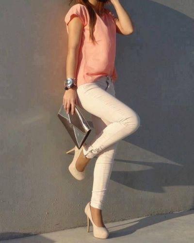 Mooie combinatie kleren. Lichte broek met roze shirt