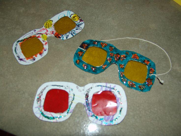 bril met gekleurd glas: kijken naar voorwerpen in verschillende kleuren. Wat zie je goed?