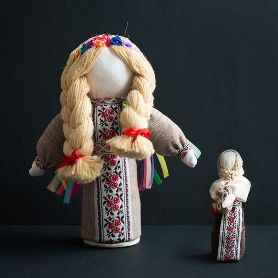 Motanka est une poupée en tissu sans traits de visage spécifiques. Ce personnage est énigmatique et est censé porter bonheur ; il s'agit d'un talisman qui protège de tous les maux.  Motanka présentée ici est faite main par les artisans ukrainiens de l'atelier Omikse.  Motanka grande - 21cm  Motanka petite -12cm
