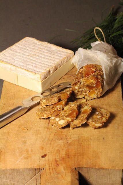 pour un saucisson :  50 gr d'amandes 250 gr de figues séchées 50 gr d'abricots séchés 50 gr de noix 1/2 cuil à soupe de cognac 1 cuil à coupe de miel  Hachez finement les amandes. Mixez les figues pour qu'elles forment une pâte  . Ajoutez les aux amandes. ajoutez les noix concassées , les abricots coupés en petits morceaux , le cognac et le miel . Mélangez  sulfurisé ,  la pâte en forme de saucisson et enveloppez la dans le papier sulfu . . Entreposez au frais .  delicieux avec le fromage