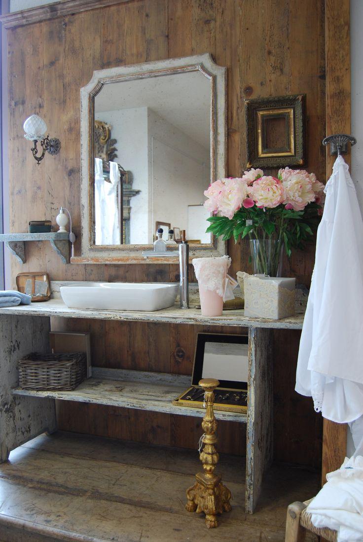 Provence Zatvorte oči, nadýchnite sa a predstavte si, že sa nachádzate uprostred levanduľových polí v Provensálsku. V Provence kúpeľni nechýbajú veľké vane s výraznými nožičkami, toaletné stolíky, zrkadlá v pôvabných rámoch, množstvo detailov a doplnkov, ktoré vytvárajú celkový želaný efekt. Nádoba na mydlo z kovu, košík na knihy, ktoré si radi čítate vo vani, svietnik …