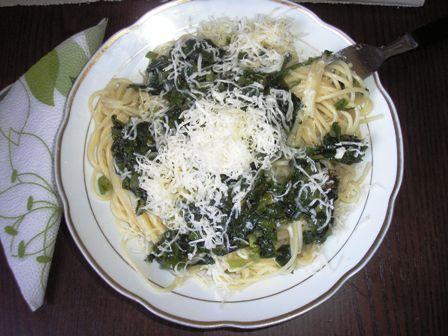 Nincsen+olyan+zöldség,+amelyet+nem+lehet+rátenni+a+legolaszabb+tésztára,+a+spagettire.+Az+egyik+legegyszerűbb+pasta+az+itáliai+hagyományok+szerint+a+fokhagymás-bazsalikomos,+amelyhez+csak+nyers+olivaolajat+és+reszelt+sajtot+adunk.+A+medvehagyma+azonban,+amelynek+most+van+a+szezonja+(bár+a…