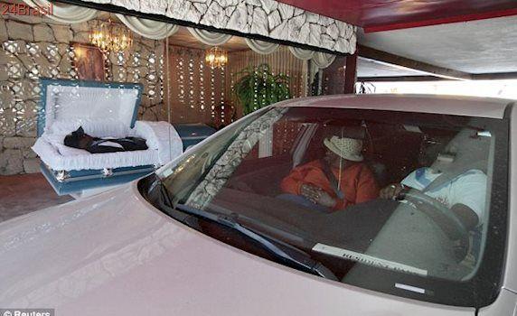Funerária inaugura Polêmico serviço de drive-thru em velórios
