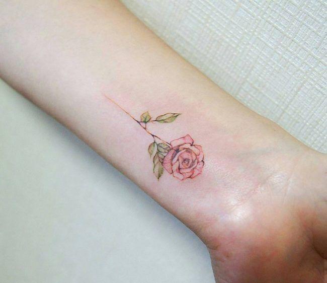 unterarm-tattoo-frau-dezente-rose-farbe