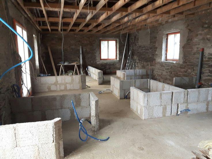Second  rang des cloisons en brique de chanvre. #maison #rénovation #immobilier #dusolauplafond #architecture #interior #picture #isolation #nature #patrimoine #ecologie #love #house #oldhouse #bretagne