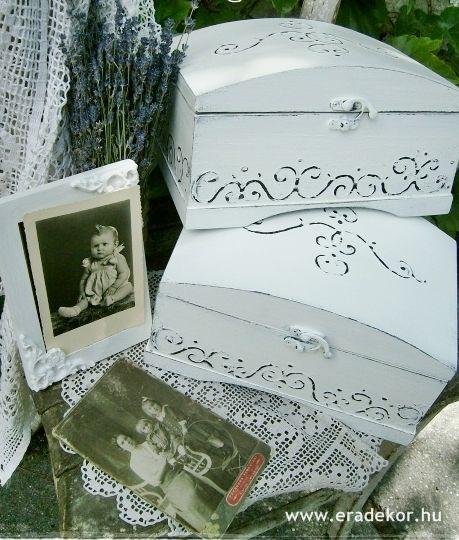 Provencei-i antikolt festett keresztelő doboz névvel, dátummal. Fotó azonosító: KERDOB03