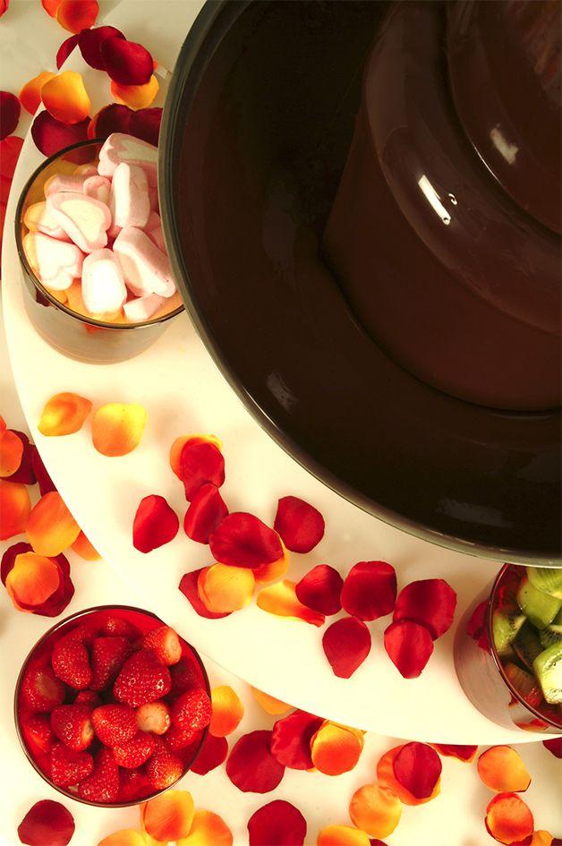 Chocolate negro, chocolate con leche y chocolate blanco. Bolsas de 900 gr. Chocolate belga especialmente formulado para fuentes de chocolate. Presentación en pastillas para su fácil derretido. Todos nuestros chocolates negros son sin gluten, ni lactosa. Nuestros chocolates con leche y blanco no tienen gluten