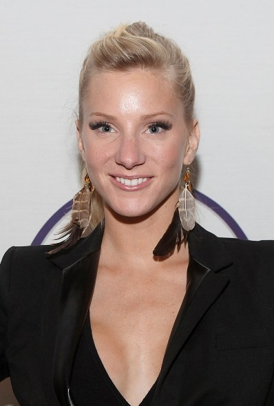 Heather Morris chic, blonde hairstyle