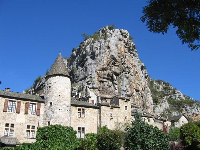 Visitez le charmant village de Montesquiou situé à 9,4km de Riguepeu