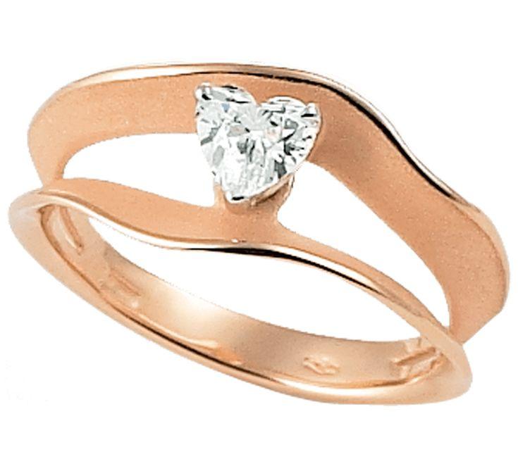 Изящное кольцо, которое покорит сердце прекрасной леди. Ослепительный бриллиант в форме сердца — самый романтичный подарок, о котором можно только мечтать. Украшение с драгоценным камнем станет символом Вашей любви. Купить золотое кольцо — осуществить мечту своей дамы сердца.