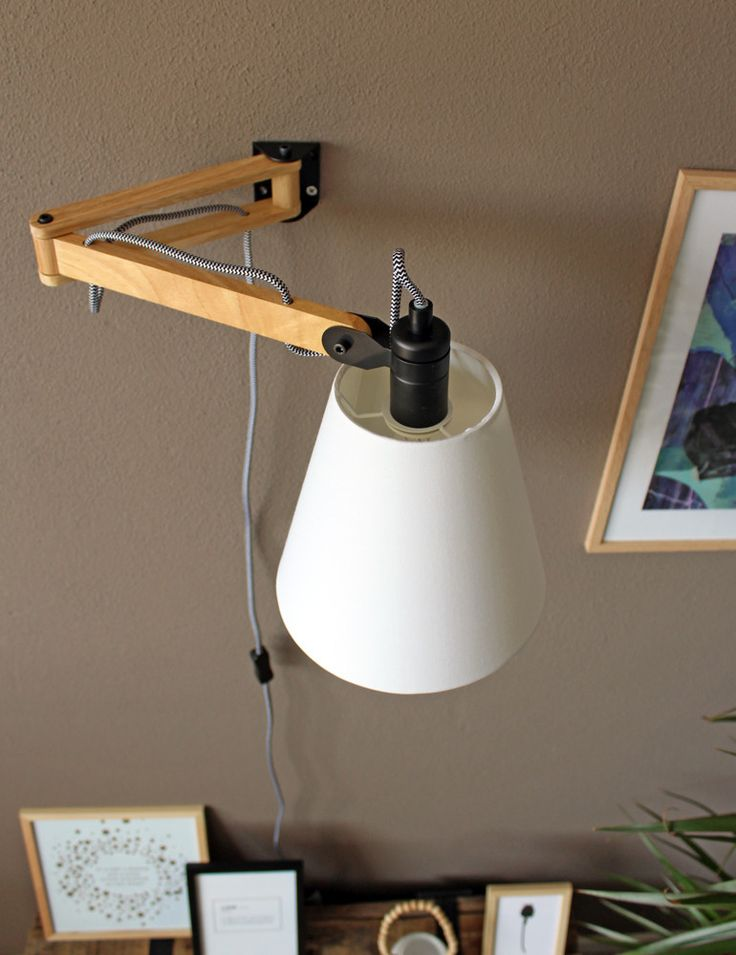 Scandinavische houten wandlamp witte kap