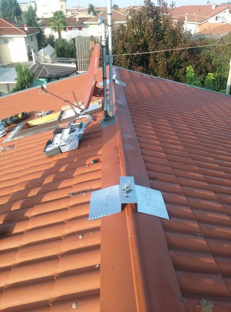 Piastre posizionate sul colmo del tetto.