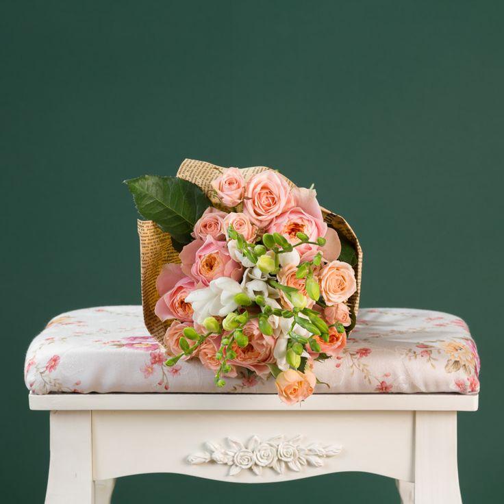 https://www.orasulflorilor.ro/buchete-flori/fericire-cu-frezii-buchet-de-17-flori-cu-frezii-albe-trandafiri-somon-si-miniroze-somon/