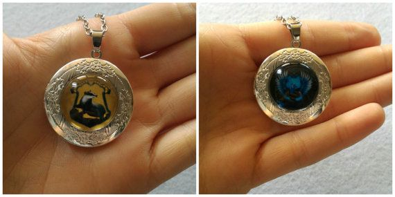 Locket necklaces inspired to the Houses of Hogwarts of the Harry Potters Saga. Each necklace has a silver rounded locket, where are portrayed the crest of the House of Hogwarts. Choose your favourite: Gryffindor, Slytherin, Hufflepuff and Ravenclaw.  Notice that it is available only ONE EACH type of the Houses of Hogwarts crest (excluding Hufflepuff and Gryffindor, which are temporarily ended)!  The locket opens to reveal space to insert a photo inside. The Locket measures 2x2 cm (0,78 inch)…