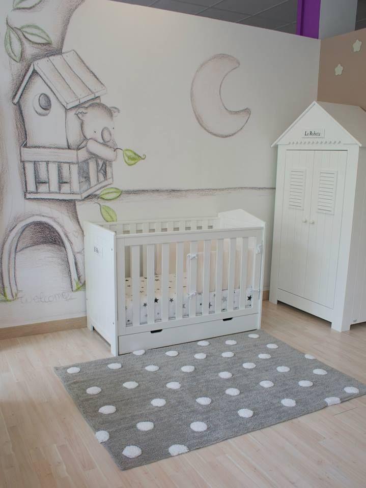 Ambiente con mobiliario infantil en color blanco y paredes for Mobiliario dormitorio infantil