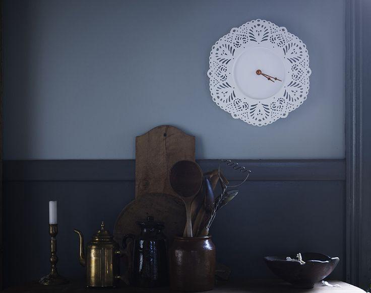 Το ρολόϊ τοίχου SKURAR δεν λέει μόνο την ώρα, αλλά είναι και ένα όμορφο αντικείμενο σε ρομαντικό στιλ που στολίζει τον τοίχο σας.