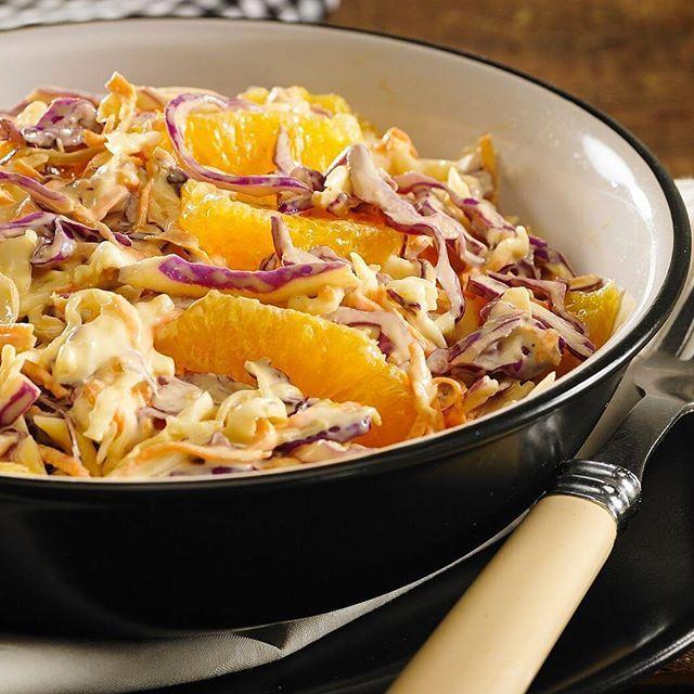 Un poco de frescura para que no todo sea patadas de panceta a la yugular. Y aprovechando que me sale humo de la cabeza un intento por apagar el fuego, comer más liviano y darlo todo en la pileta.  Ensalada de repollos (Colorado y blanco )/ zanahoria rallada/ gajos de naranja  Para el aderezo mezclar en un bowl 4cdas de mayonesa+ 2cdas mostaza+ 1cda vinagre de vino+ sal, pimienta, oliva y un toque de ajo en polvo. Si se e caen unas gotitas de salsa inglesa te ganas mi respeto.  Ahora así…