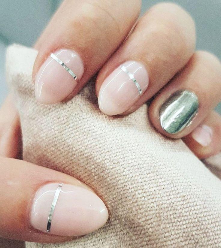 Coup de coeur pour cette manucure minimaliste au top des tendances! #lookdujour #ldj #manicure #pink #nude #chrome #minimal #nailsinspo #inspiration #nails #pretty #regram @le_manoir