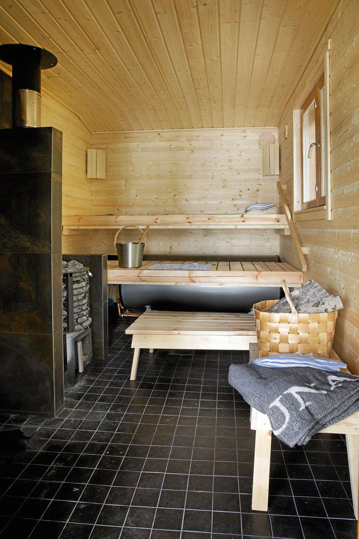 Rantasauna valmistui 2014. Tilava löylyhuone ja pesutila sekä puukiuas lämpiävät muutamalla pesällisellä halkoja.