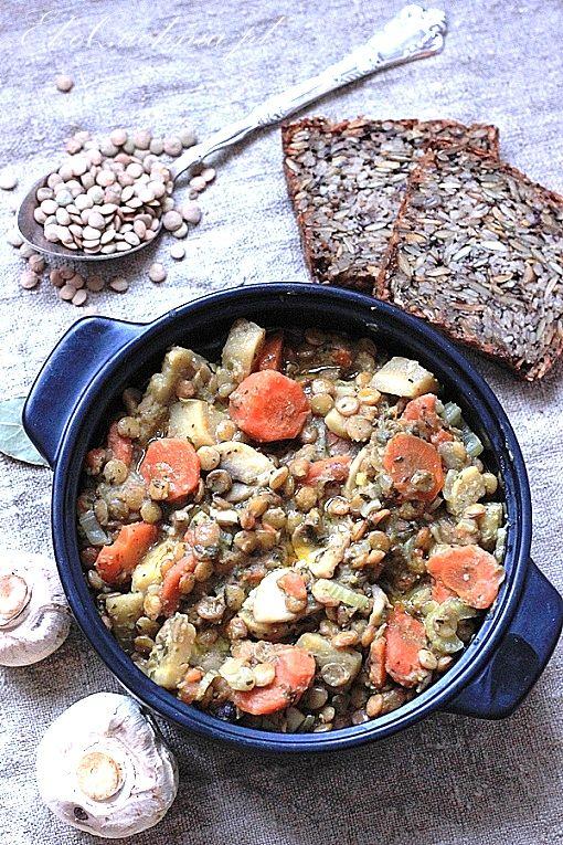 Zielona soczewica. Gulasz z pieczarkami i warzywami korzeniowymi | Ekoquchnia