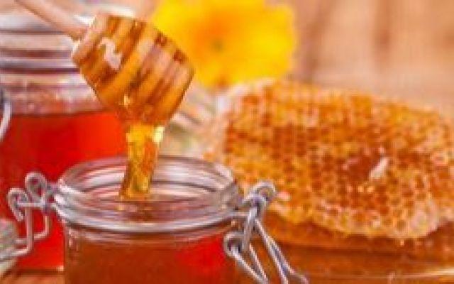 Il miele d'api non raffinato il miele grezzo un amico della salute. Il miele dapi grezzo un prezioso amico della salute utilizzato da millenni per curare le infezion miele grezzo antibiotico polifenoli