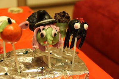 Cake-Pops Halloween Edition!  Diese leckeren Grusel-Cake-Pops haben wir auf mal-kurz-in-der-kueche.blogspot.co.uk  und backingandcookingwithlove gefunden. Schaut euch die beiden Seiten doch mal an, es gibt sehr coole Ideen für kreatives Backen.  Diese Halloween Cake-Pops finden wir zum anbeißen!  Bleibt original.