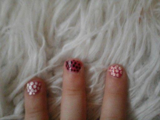 Roze met witte en zwarte en oranje stippen