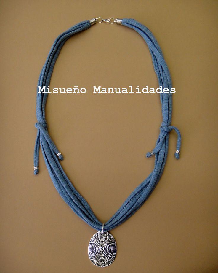 Collar largo de trapillo azul tejano con colgante.  www.misuenyo.com / www.misuenyo.es