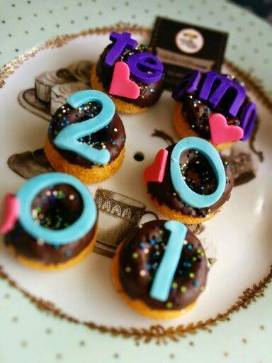 Mini #donas de #vainilla y #chocolate con un hermoso #mensaje de #aniversario !